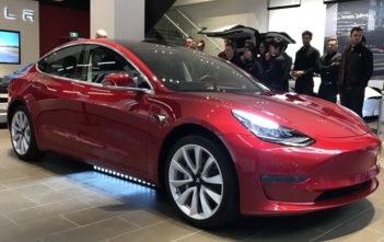 tesla model 3 zlava showroom tesla store